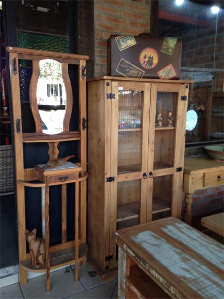 Chapeleira Peroba com espelho - Cristaleira madeira de reflorestamento