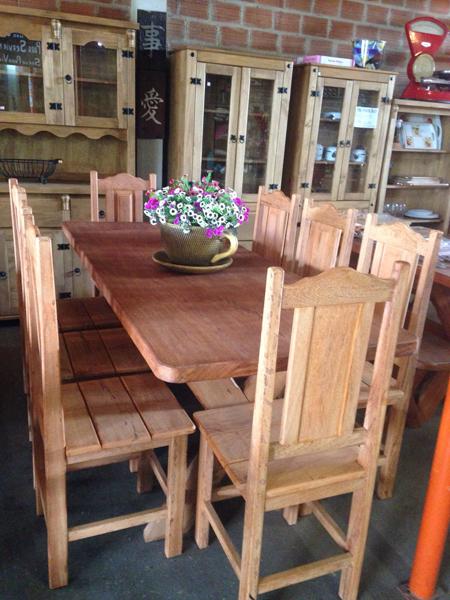 Conjunto mesa e cadeiras em angelim