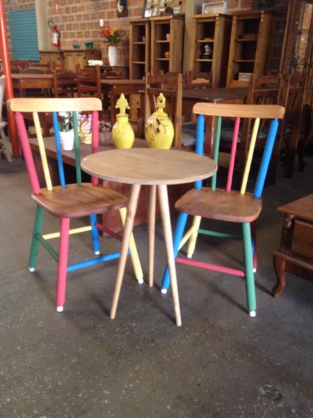 Mesa e cadeira palito coloridas