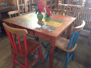 Conjunto colorido de mesa em Peroba com cadeiras